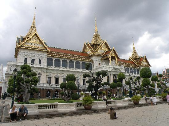 http://media-cdn.tripadvisor.com/media/photo-s/01/58/89/7b/royal-palace.jpg