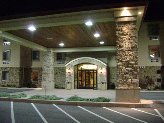 Super 8 Monterey: Gorgeous entrance and lobby speak elegance