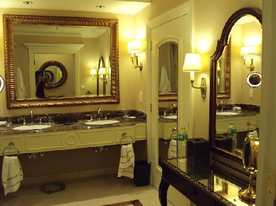 Bathroom sans tub picture of the venetian macao resort for Venetian hotel bathroom photos
