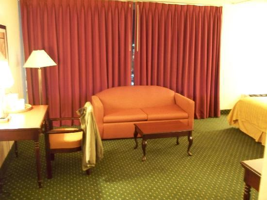 ‪‪Quality Inn & Suites‬: Room 505 sofa, large window‬