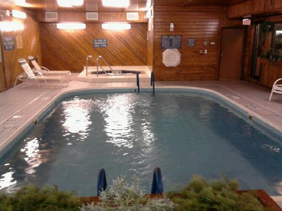Quality Inn: Pool & Hot tub area