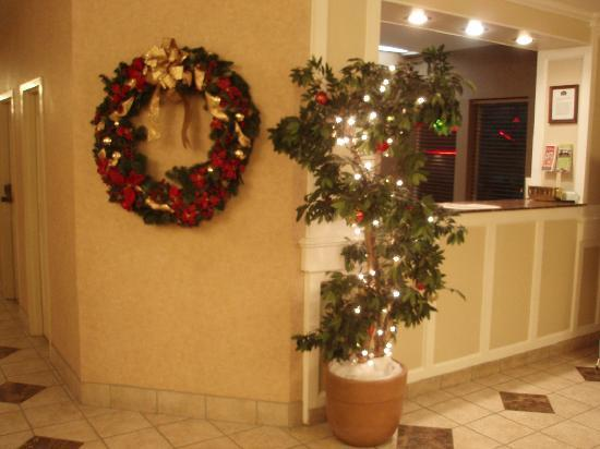 La Quinta Inn & Suites Valdosta / Moody AFB: Front desk at holiday time.