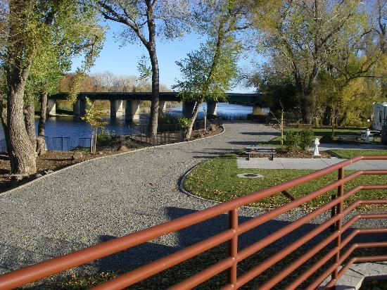 Durango RV Resort: Walkways along the Sacramento River