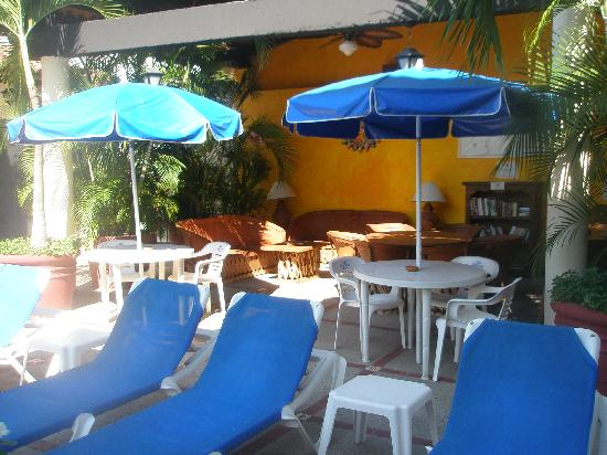 Vallarta Sun Suites & Hotel : Covered outdoor lounge area