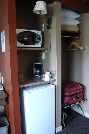Arbutus Grove Motel: Fridge, microwave and coffee maker