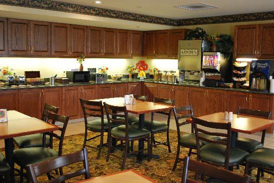 Country Inn &amp; Suites-Bentonville South: Enjoy a complimentary Breakfast Buffet 7 days a week