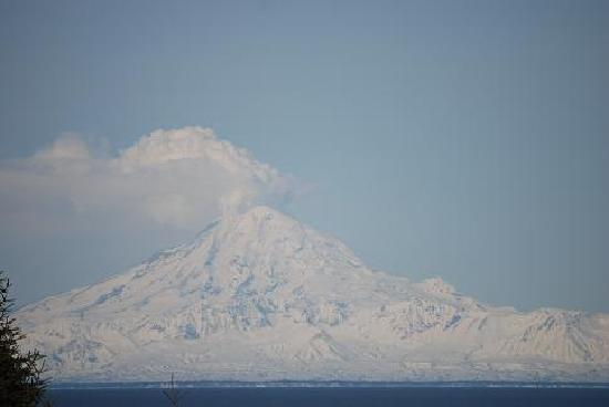 Alaskan Sunset Cabins: Mt Redoubt from the deck of the Foraker