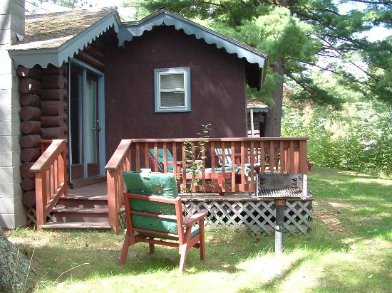Sherwood Forest Motor Inn: Log cabin w/ porch overlooking lake