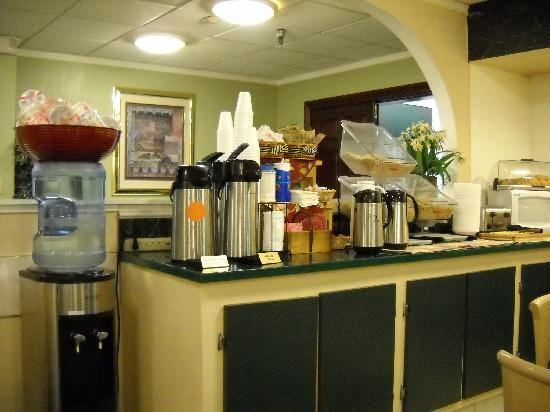 La Quinta Inn Lynnwood: breakfast corner -- cup-of-soup rare and appreciated