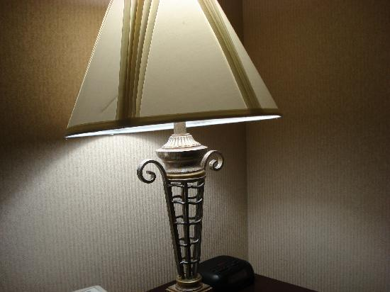 Quality Inn & Suites: Pretty wallpaper, pretty lamp