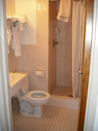 Seafarers & International House: clean bathroom