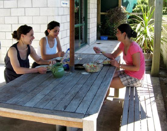 Anakiwa Lodge: Courtyard lunch