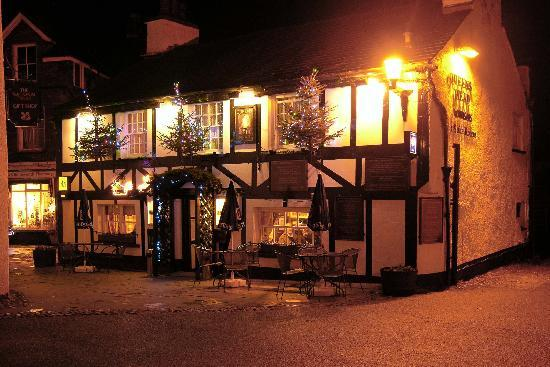 Queen's Head Hotel: Hotel at night