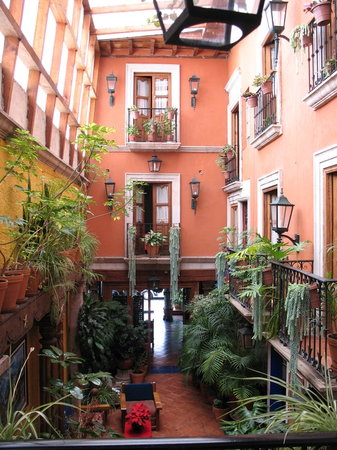 Hotel Rincon de Josefa: Interior enclosed atrium looking towards the Entrance from our room