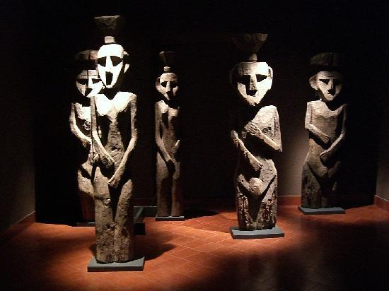 Museum of Pre-Columbian Art (Museo Chileno de Arte Precolombino): Precolumbian carvings.