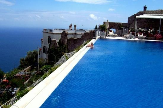 The infinity pool foto di belmond hotel caruso ravello for Hotels in ravello with swimming pool