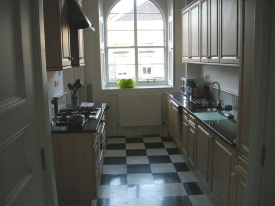 Edinburgh Serviced and Self Catering Apartments: Well equipped kitchen