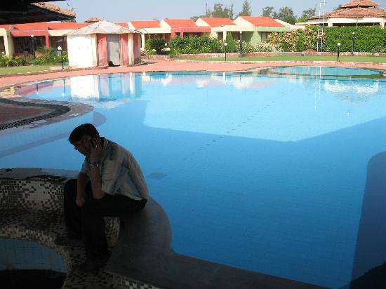 Silvassa, Inde : Swimming pool (rooms in background)