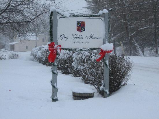 Grey Gables Mansion: Entrance sign