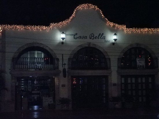 Casa Bella Boutique Hotel: Entrance of Casa Bella at night