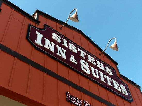 Sisters Inn and Suites: At the gate