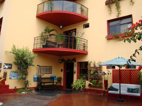 Peru Star Apartments Hotel: The entrance (behind the wall)