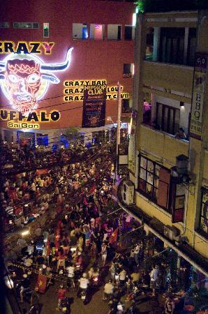 Beautiful Saigon Hotel: The celebration continues on Bui Vien (as viewed from the hotel)