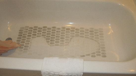Great Eastern Hotel: Stained bathtub