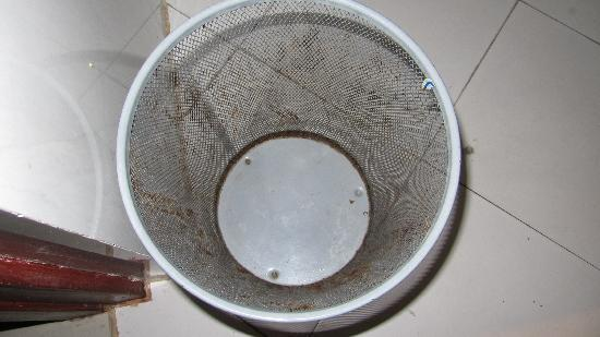 Great Eastern Hotel: Bathroom trash can with stains and residue