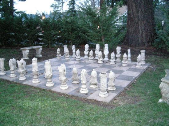 Tacoma, Вашингтон: Chess set on the back lawn