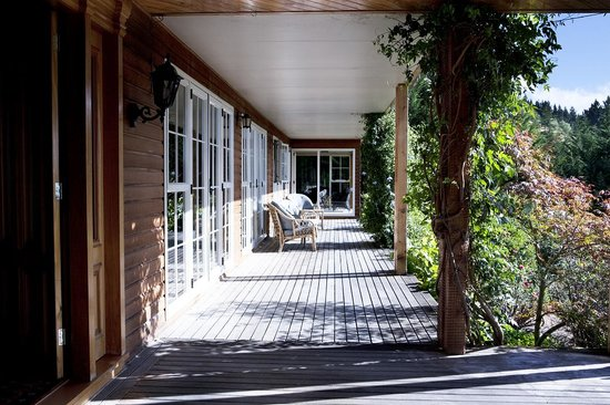 Silver Peaks Lodge: Veranda with stunning views over the Taieri Plains