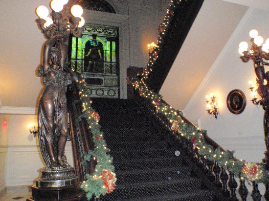 The Inn At The Union League : Grand staircase 