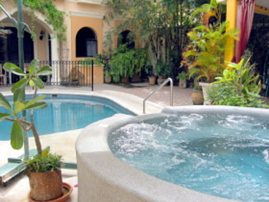 Loro de Oro Inn: Tropical oasis in the middle of historic downtown