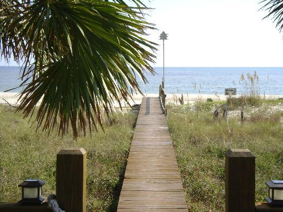 Turtle Beach Inn: boardwalk to beach