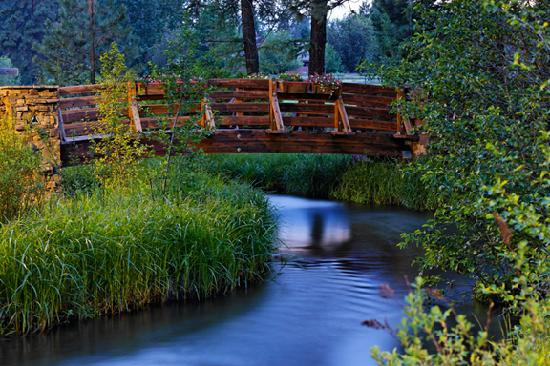 Lake Creek Lodge: Bridge across Lake Creek