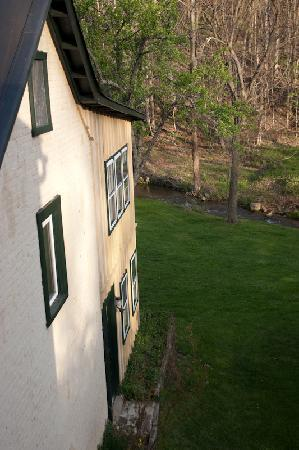 The Anderson Cottage Bed and Breakfast: view of warm spring from bedroom window