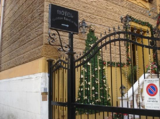 Vatican Garden Inn: Lookout for the entrance sign on the road