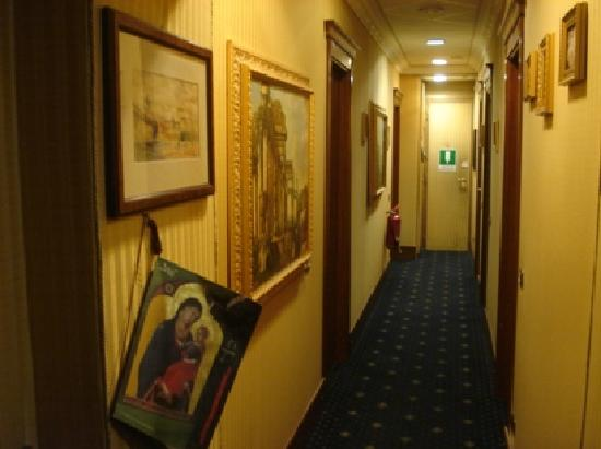 Vatican Garden Inn: The walkways were decorated with paintings