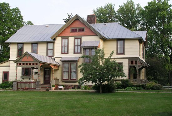 Apple Tree Lane Bed & Breakfast: Beautiful & Historic 1880 Victorian Farmhouse