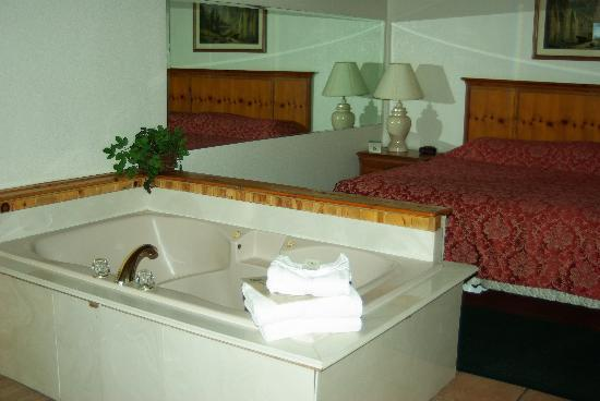 Majestic Mountain Inn: Two person bath w/ fire place... just wonderful!