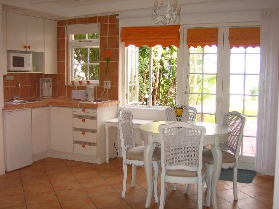 Haus am Strand: The Cottage: Kitchen with sea view