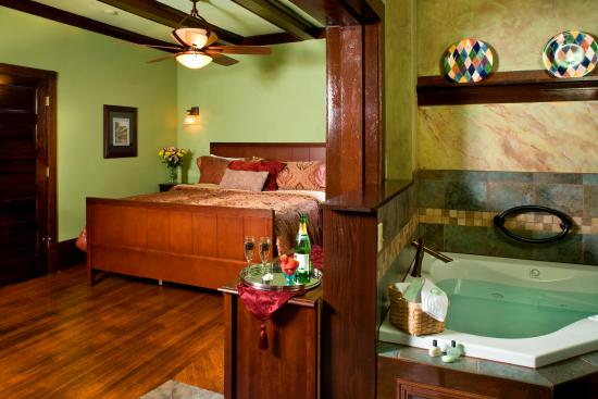 Hilltop Manor Bed & Breakfast: Deluxe Sycamore - Cozy haven for 2 with all the extras, corner Jacuzzi placed in the Inglenook n