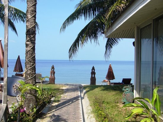Rajapruek Samui Resort: the path to the beach