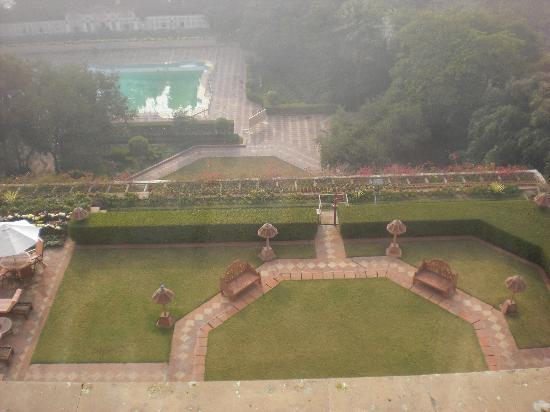 Taj Mahal Hotel: View of the pool area from my room, a very foggy morning on Dec. 31., 2009