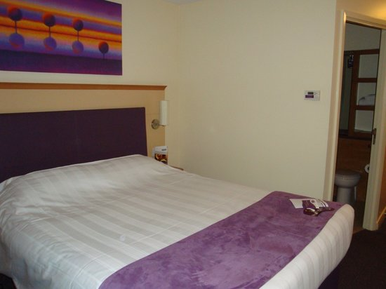 Premier Inn Glasgow - Milngavie: bedroom