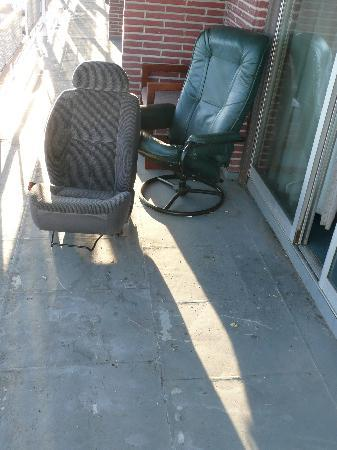 Resident Suites Inn: Old Car Seats, etc on Patio