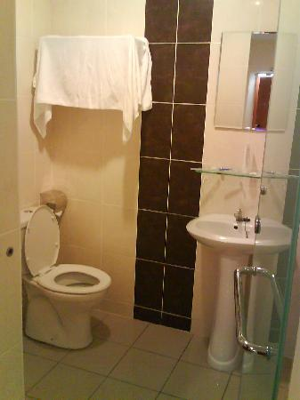 My Hotel @ Sentral: The shower and toilet