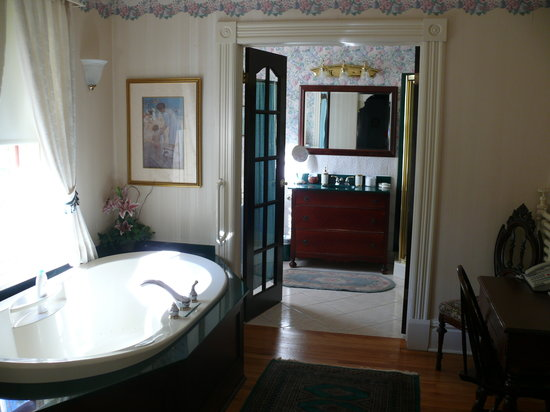 Elmwood Heritage Inn: bathrooom and beyond area
