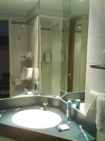 Holiday Inn Express : Bathroom