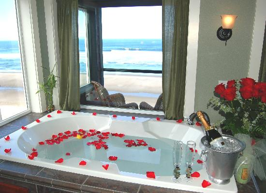 Starfish Manor Oceanfront Hotel: All rooms feature Oceanfront Jacuzzi Tubs!